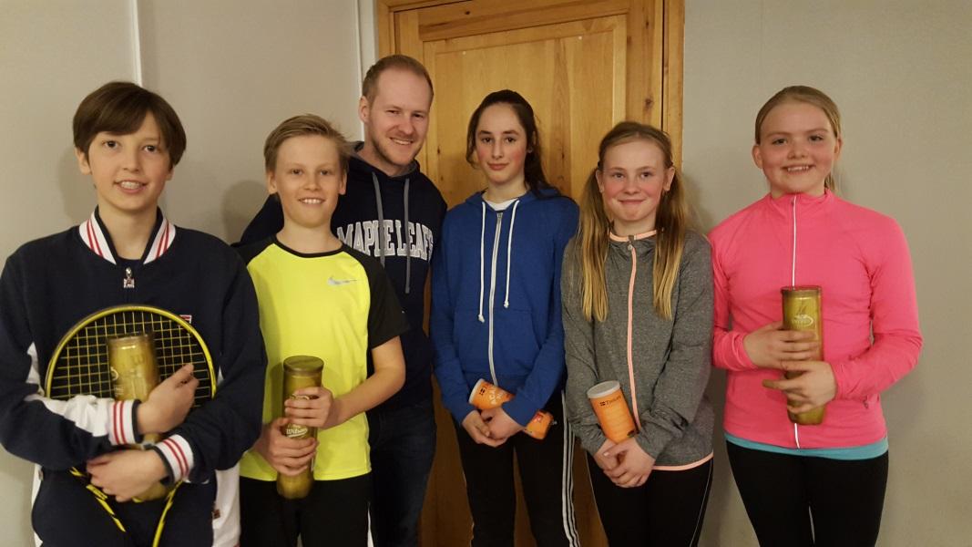 U14 - fra venstre: Niklas, Anders, Peter*, Marem, Sofie og Madelen. (Peter snek seg med på dette bildet men var altså ikke med på U14 :-))